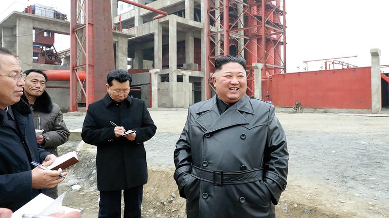 الزعيم الكوري الشمالي يتفحص مبنى تم ترميمه بعد الفيضانات التي اجتاحت البلاد. رويترز