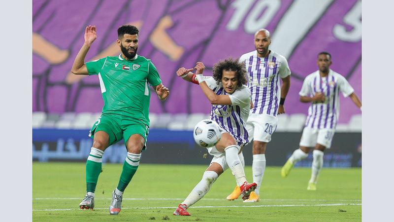 محمد عبدالرحمن يسدد بقوة ناحية مرمى خورفكان.  الإمارات اليوم