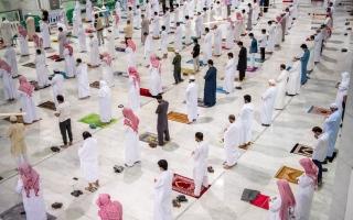 الصورة: بالصور.. أول صلاة فجر في المسجد الحرام بعد توقف 7 أشهر