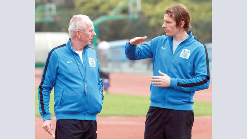 الدنماركي مادس دافيدسون عمل مع المدرب السويدي إريكسون في نادي شانغهاي الصيني.   من المصدر