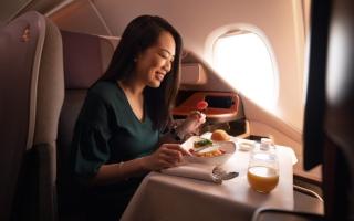الصورة: لماذا يدفع شخص مئات الدولارات لتناول وجبة في طائرة رابضة على الأرض