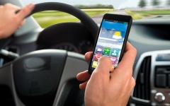 الصورة: 200 جنيه إسترليني غرامة أي استخدام للهواتف أثناء قيادة السيارة