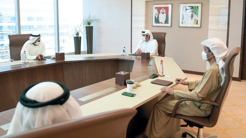 مكتوم بن محمد خلال ترؤسه الاجتماع الأول للجنة العليا لتطوير القطاع الحكومي في إمارة دبي بحضور أحمد بن سعيد. ■وام
