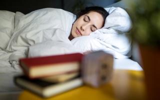 الصورة: عادات مفيدة قبل النوم.. من الكيوي حتى الضوضاء الوردية