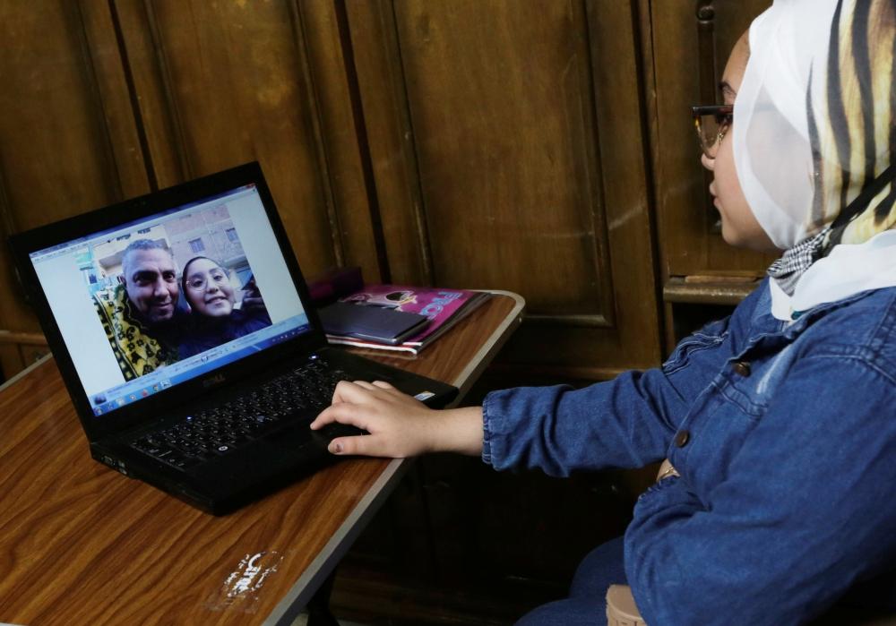 سما تحتفظ بصورة والدها الراحل على الكمبيوتر المحمول. رويترز