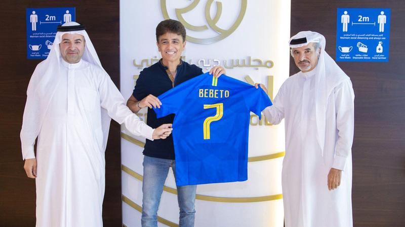 بيبيتو أهدى مجلس دبي الرياضي قميصه بحضور حارب وآل رحمة.   من المصدر