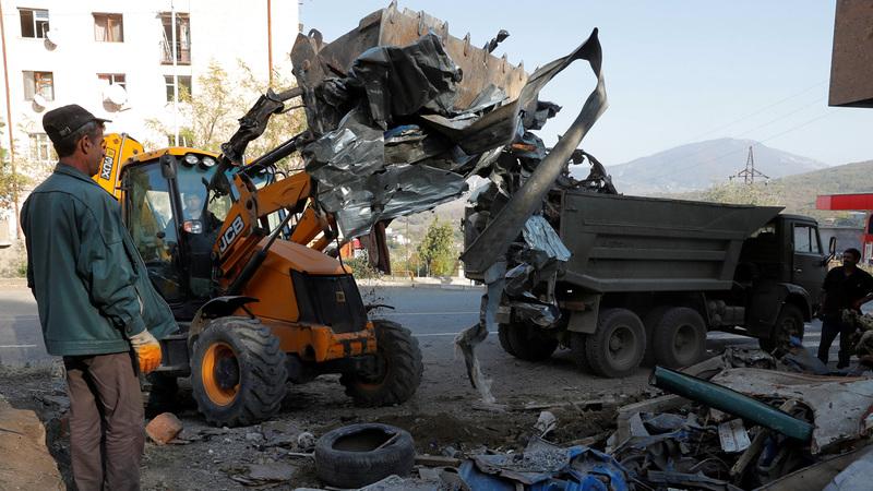 صورة وزعتها وزارة الدفاع الأذرية لعمال يزيلون الحطام من وسط انقاض بيوتهم التي تعرّضت للقصف في إقليم ناغورني قره باغ أمس. رويترز