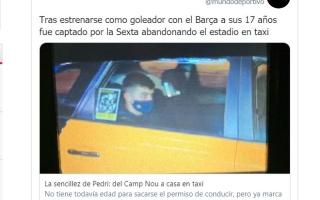 """الصورة: لاعب برشلونة يغادر الملعب بـ """"تاكسي"""".. وزملاءه بسيارات فارهة"""