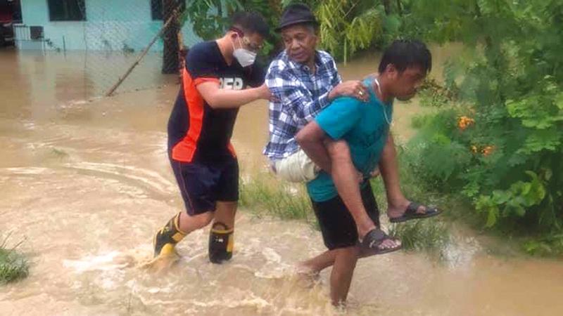 مزارع تلفت وشوارع أُغلقت جراء مياه الفيضان.   إي.بي.إيه