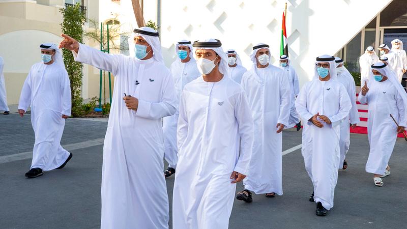 هزاع بن زايد خلال تدشينه المشروع بحضور خالد بن محمد. من المصدر
