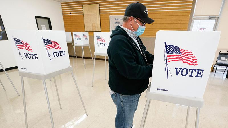 ناخب أميركي يدلي بصوته في الانتخابات المبكرة لولاية آيوا. ■أ.ب