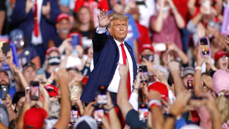 الرئيس الأميركي لا يرتدي الكمامة والحضور في المهرجانات الانتخابية لا يضعون الكمامات أيضاً. أ.ب