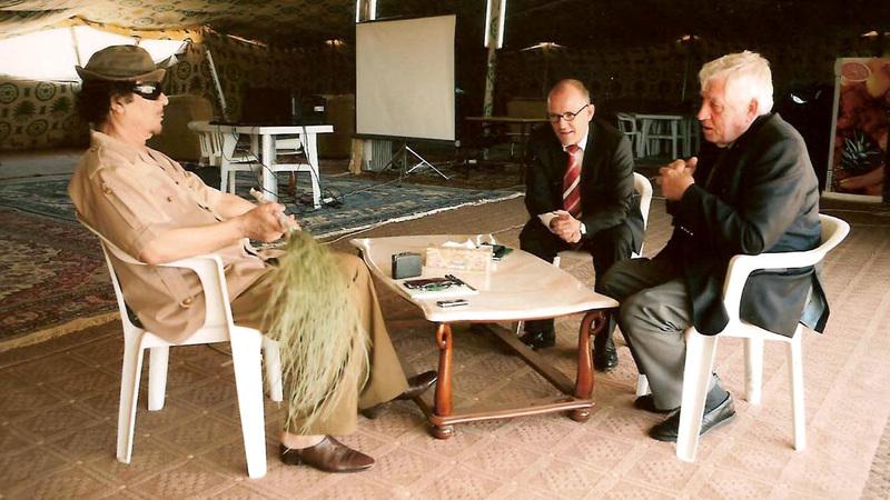 فيندفور خلال لقائه القذافي.  «دير شبيغل»