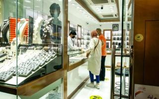 الصورة: متعاملون يقبلون على بيع عملات وسبائك ذهبية صغيرة ومتوسطة