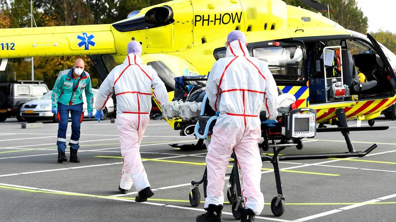 نقل مريض بفيروس كورونا إلى مروحية ليتم نقله من مستشفى فليفو بهولندا إلى ألمانيا للعلاج. ■ رويترز