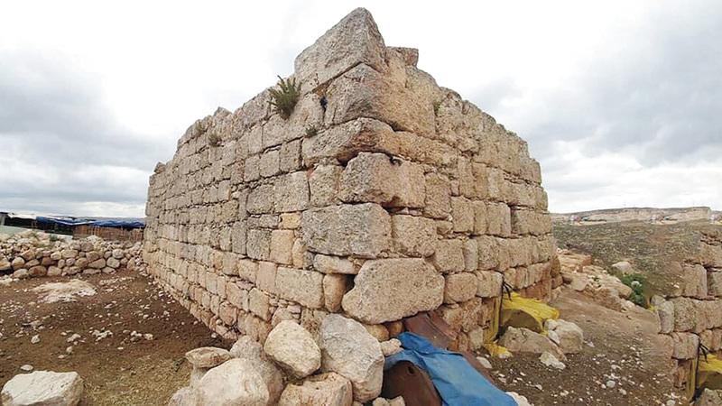 آثار باقية من المسجد العمري العتيق في خربة زنوتا. الإمارات اليوم