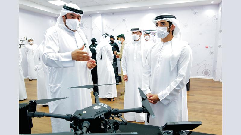 حمدان بن محمد خلال زيارته قاعة المستقبل في محطة حمدان الذكية للمحاكاة والتدريب. وام