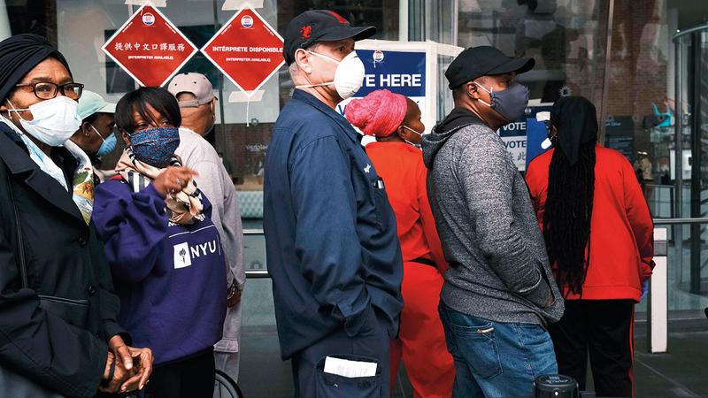 أميركيون يرتدون أقنعة واقية خلال التصويت المبكر في نيويورك. أ.ف.ب