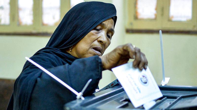 سيدة تدلي بصوتها وسط أجواء «كورونا». أ.ف.ب