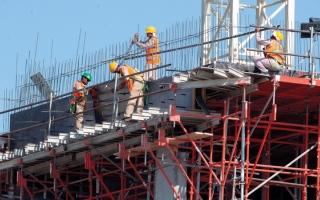 الصورة: «التنافسية والإحصاء»: 1.56 مليون عامل في قطاع الإنشاءات بالدولة
