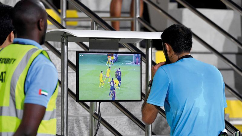 تقنية الحكم الفيديو لاقت جدلاً واسعاً منذ تطبيقها في ملاعب الإمارات. ■تصوير: أسامة أبوغانم