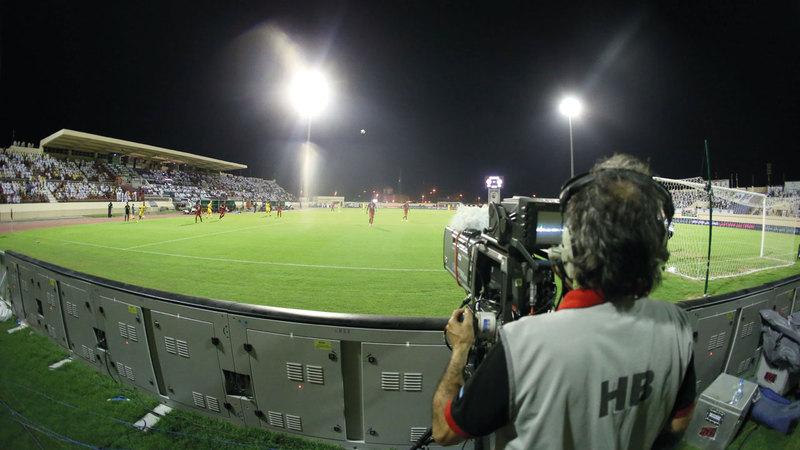 وضع استثنائي فرضته جائحة كورونا وجعل كل الجماهير تتجه إلى شاشات التلفزيون لمتابعة مباريات كرة القدم.   تصوير: أسامة أبوغانم