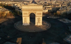 الصورة: إخلاء منطقة قوس النصر في باريس بعد تحذير من وجود قنبلة