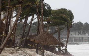 """الصورة: فيتنام تتأهب للإعصار """"مولاف"""".. و""""زيتا"""" يتجه للولايات المتحدة"""