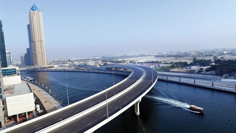 دبي تتمتع بشبكة واسعة من الطرق والجسور.  من المصدر