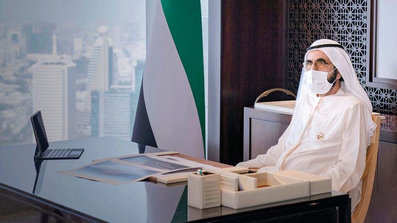 محمد بن راشد خلال الإعلان عن مشروع ثاني قمر اصطناعي إماراتي على أيدي مهندسين إماراتيين.  وام