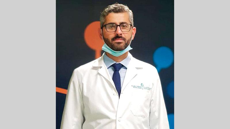 الدكتور أحمد أبوطيون: «يعمل الفريق مع عشرات من المرشدين، الذين يجرون أبحاثاً وتجارب للقاحات لإنشاء محتوى فيديو موجه للجمهور».