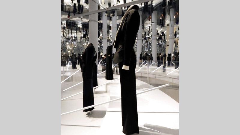 يرتكز المعرض على حوار بين قطع الأزياء القديمة والحديثة. أ.ف.ب