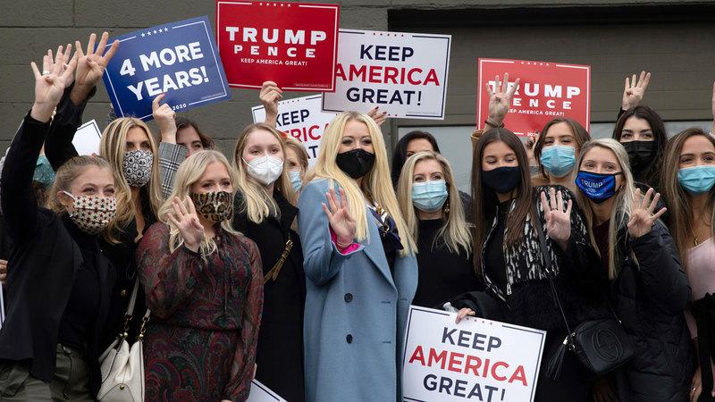 نساء يرفعن لافتات مؤيدة لحملة الرئيس ترامب.  أرشيفية