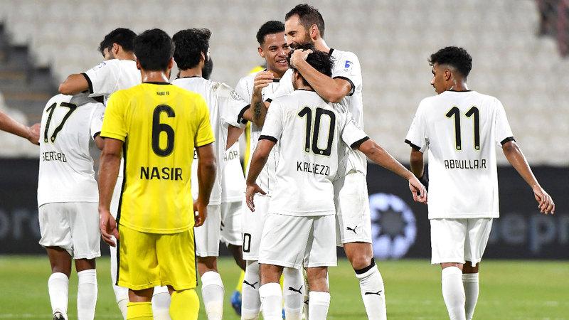 نجوم الجزيرة يحتفلون بالفوز على اتحاد كلباء بهدفين دون مقابل.  تصوير: إريك أرازاس