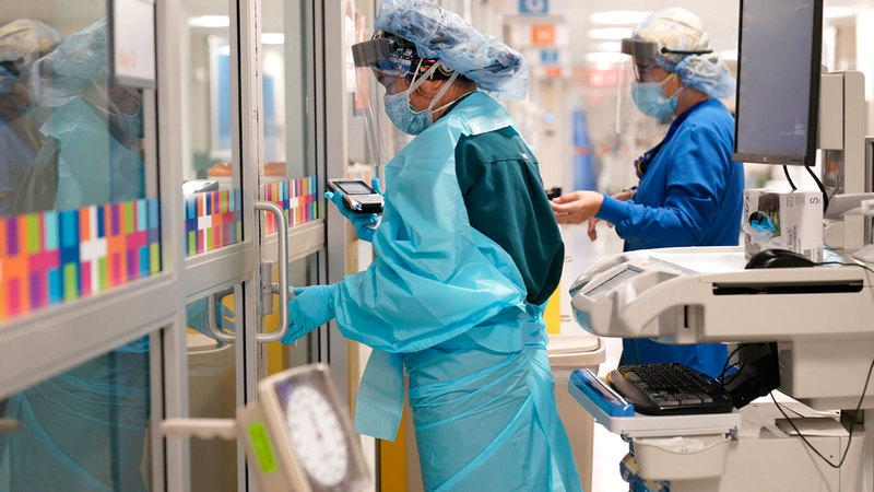 ممرضتان ترتديان معدات الوقاية الشخصية أثناء العناية بمريض في مستشفى بلفيو في نيويورك.  أ.ب