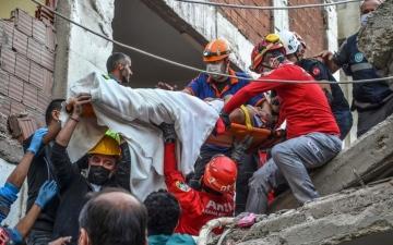الصورة: ظل مدفونا لمدة 33 ساعة.. إنقاذ مسن من بين أنقاض زلزال تركيا