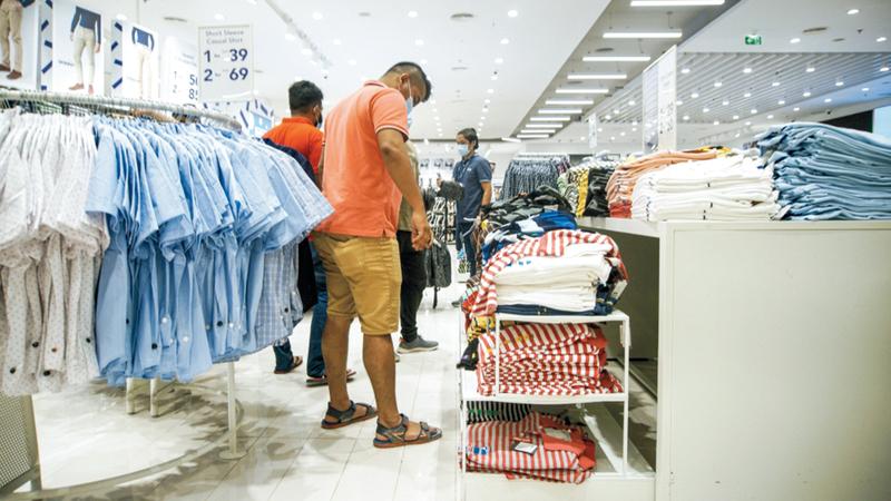 عمليات الشراء تركزت بشكل عام على السلع التي تتميز بجودة عالية بعد تخفيض أسعارها. تصوير: أشوك فيرما