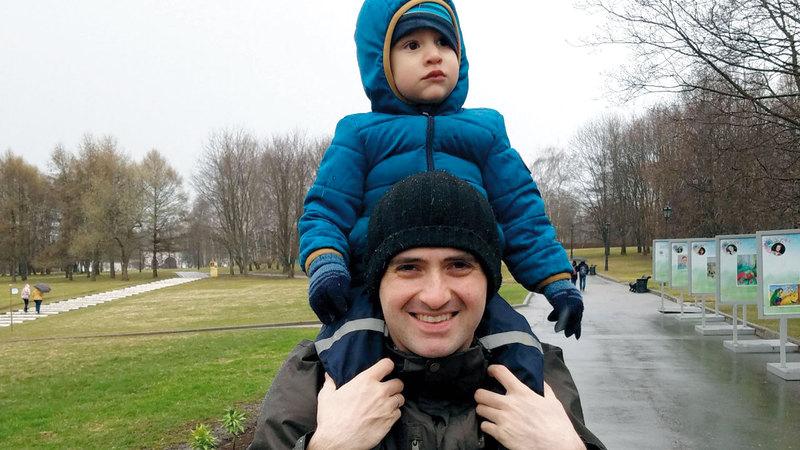 سيث برنشتاين مع ابنه في أميركا. أرشيفية