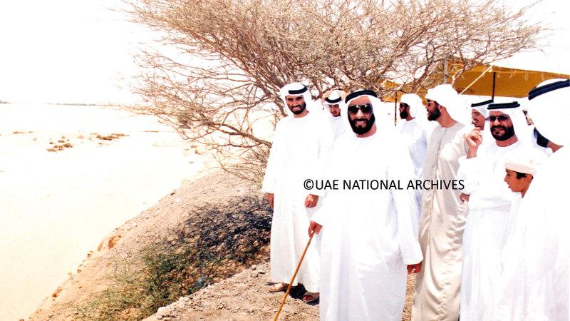 الشيخ زايد بن سلطان آل نهيان (طيب الله ثراه) أثناء جولته في جبل حفيت في العين – 8 يوليو 1995.( الأرشيف الوطني)