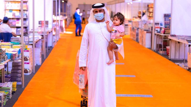 عبدالله: ابنتي التي أحملها ستذكر يوماً أنها جاءت إلى المعرض.    ■ من المصدر