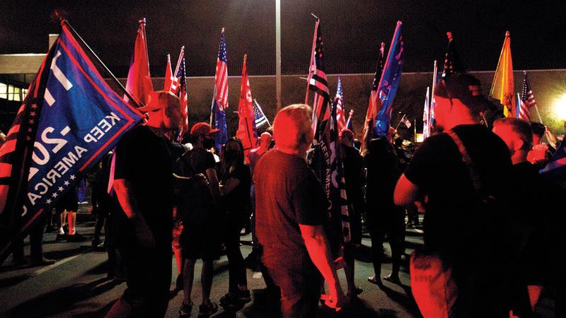 أنصار ترامب يتجمعون للاحتجاج على نتيجة الانتخابات في مقاطعة ماريكوبا بأريزونا. أ.ف.ب