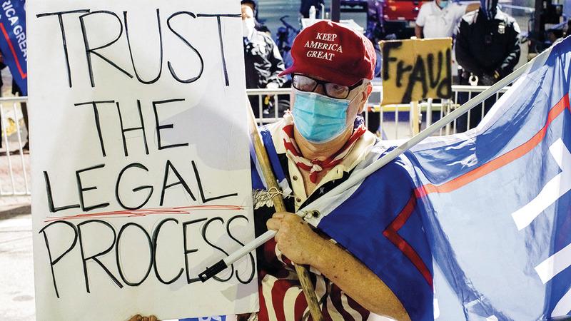مؤيد لترامب يتظاهر في بنسلفانيا لإيقاف عدِّ الأصوات. رويترز