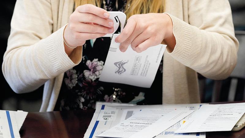 فرز بطاقات الاقتراع التي وصلت بالبريد في بنسلفانيا. أ.ب