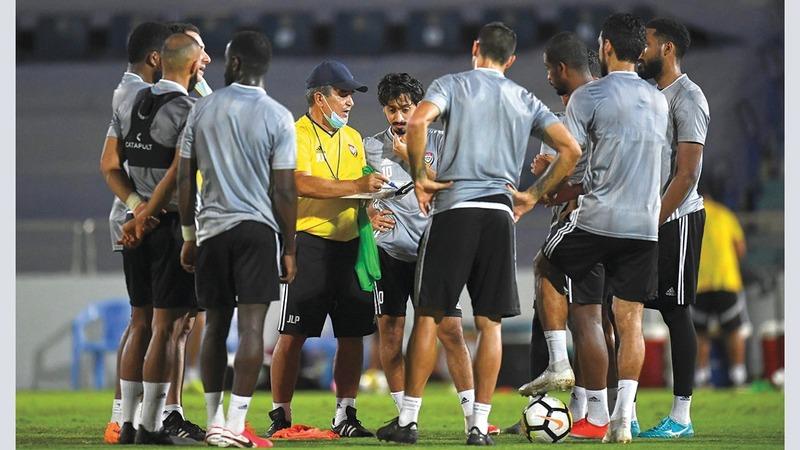 بينتو يسدي التعليمات للاعبين خلال تدريبات المنتخب الوطني. من المصدر