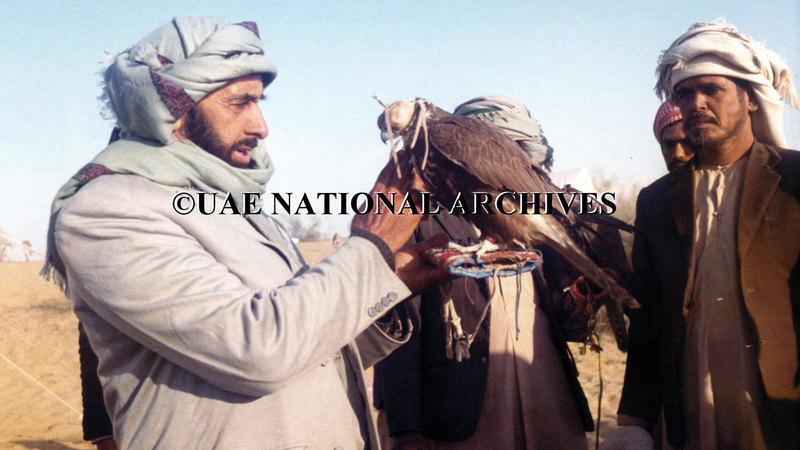 أولى الشيخ زايد الصقور وحمايتها أولوية كبيرة لما في ذلك من دعم لتراث إماراتي عريق وحفاظ على البيئة والحياة البرية. الأرشيف الوطني