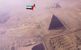الصورة: بالصور.. المواطنة شيخة أحمد تقفز بعلم الإمارات من أعلى «أهرامات الجيزة»
