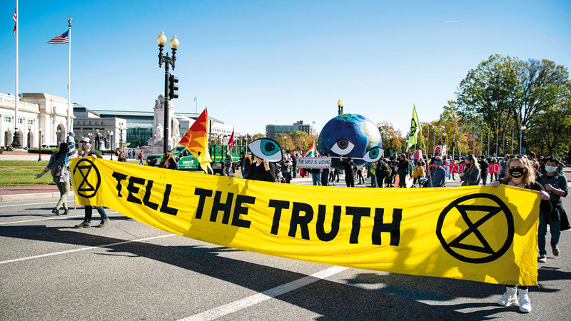 ناشطون يسيرون نحو مكاتب «فوكس نيوز» ويحملون لافتة كُتب عليها «تحدثوا عن الحقيقة».   عن غيتي