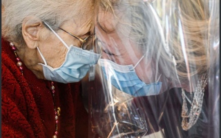 """الصورة: بالصور.. دار مسنين في ايطاليا تخصص """"غرفة العناق"""" بزمن """"كورونا"""""""