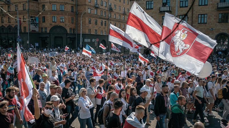 محتجون بالعاصمة البيلاروسية في أغسطس على نتائج الانتخابات التي يقولون إنها تعرضت للتزوير. من المصدر