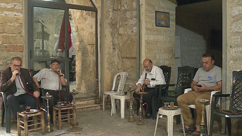 مقهى «صيام» يستقبل زبائنه منذ 135 عاماً.. يحتسون القهوة ويدخنون نرجيلة التنباك العجمي. الإمارات اليوم